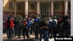 Жители Рушанского района собрались у здания местной администрации, 1 июня 2020 года