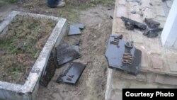 Зруйнована таблиця у Білогорщі (фото Остапа Козака)