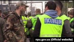 Поліцейські відділу превентивної комунікації (поліція діалогу) під час протестної акції під Верховною Радою, Київ, жовтень 2017 року