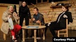 """Сцени од театарската претстава """"Последниот балкански вампир"""" по текст на Дејан Дуковски во режијата на Александар Ивановски."""