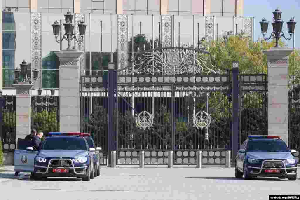 Міліцэйскія аўтамабілі суправаджэньня каля Палацу Незалежнасьці