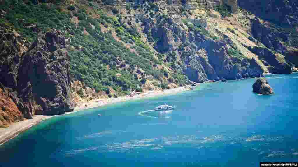 Мыс Фиолент. Прогулочный теплоход разворачивается перед Яшмовым пляжем и скалой Светлого явления.