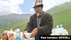 Кыргызский аксакал торгует национальными напитками и молочными продуктами.