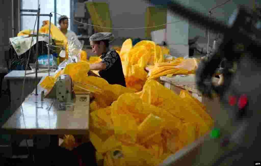 Кытай остаханәсендә Эбола белән зарарланган кешеләр белә эш итүчеләр өчен махсус саклану киемнәре тегелә. 23 октябрь 2014