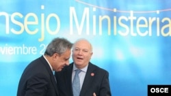 Spain -- Foreign Minister Miguel Angel Moratinos (right), welcomes Armenian Foreign Minister Vartan Oskanian at the 15th OSCE Ministerial Council in Madrid, 29 November 2007.