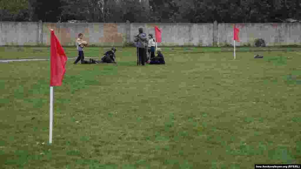 Тренування «Таврії» підігрівають азарт місцевих жителів. За воротами хлопчаки мріють про великий футбол, але поки на траві більше б'ються