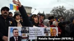 Молдовада нааразылыкка чыккандар президенттин отставкасын талап кылышууда.