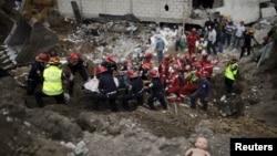Спасательная команда извлекает тела жертв оползня. Гватемала, 3 октября 2015 года.