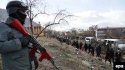 Вооруженный афганский полицейский на окраине Кабула. 3 февраля 2014 года.