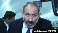 И. о. премьер-министра Армении Никол Пашинян в ереванском метрополитене, 5 декабря 2018 г.