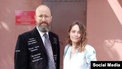 Дмитрий Скурихин с адвокатом у здания суда