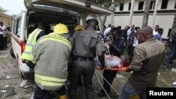 Жарылыстан зардап шеккендердің денелерін әкетіп жатыр. Кадун, Нигерия, 19 маусым 2012 жыл.