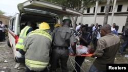 Абуджадағы жарылыстан жараланған адамды құтқарушылар жедел жәрдем беру көлігіне кіргізіп жатыр.26 тамыз 2011 жыл