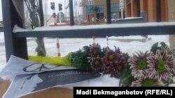 Цветы у входа в здание, где располагается посольство Франции. Астана, 14 ноября 2015 года.