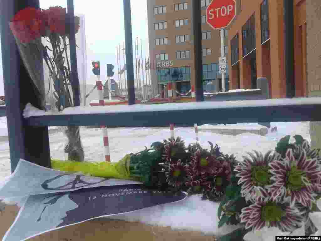 Париждегі террорлық шабуылдардан көп адамның қаза табуына байланысты Астанадағы Франция елшілігіне адамдар алып келген гүлдер мен жазулар. 14 қараша 2015 жыл.