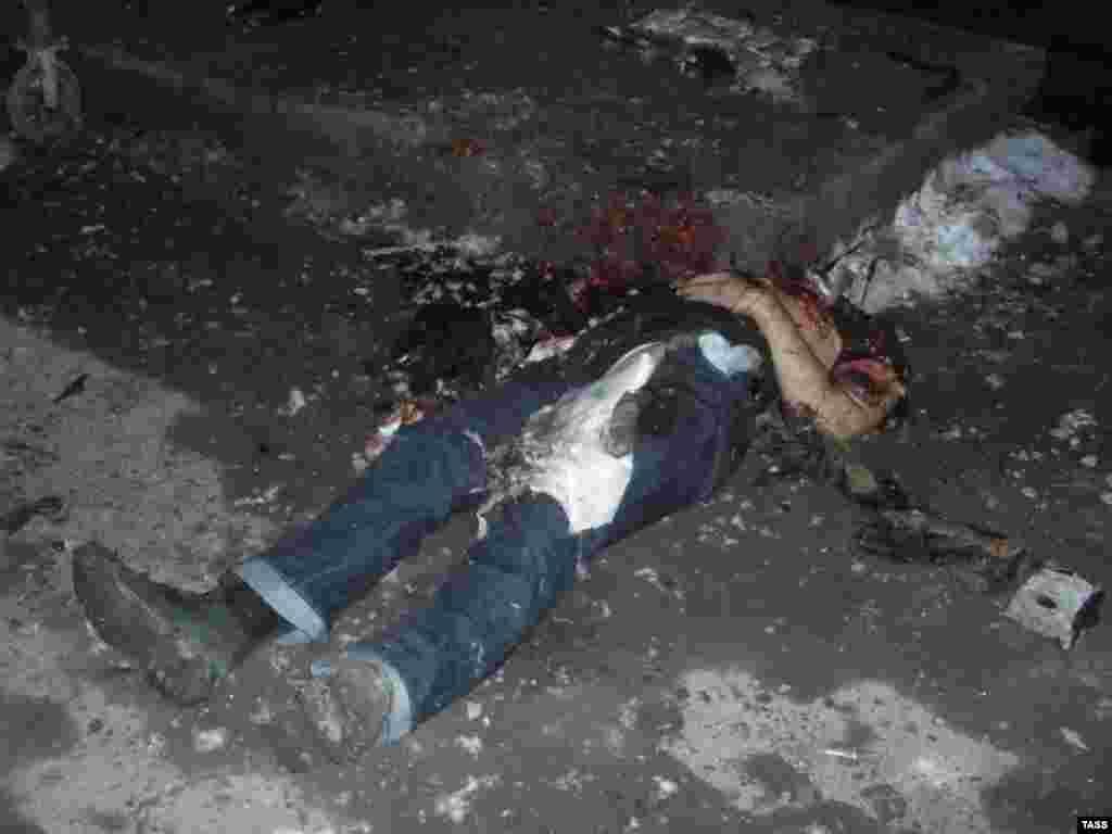 Тело Рустама Ужахова, пытавшегоя обстрелять дом экс-президента республики Ингушетия Мурата Зязикова, на месте взрыва