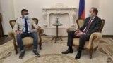Корреспондент Радио Азатутюн Саргис Арутюнян берет интервью у секретаря Совета безопасности Армена Григоряна (справа), 10 июня 2020 г.