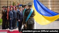 Украина президент Владимир Зеленскийге ел әскерінің басшыларын таныстыру сәті. Киев, 20 мамыр 2019 жыл.