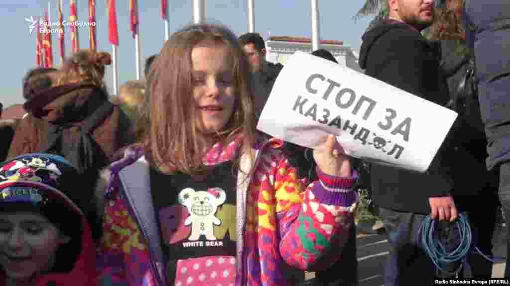 МАКЕДОНИЈА - Граѓани, организирани преку социјалните мрежи, излегоа на протест пред владата во Скопје против изградбата на рудникот Казандол во Валандово, или како што велат, рудникот на смртта. Протести против рудникот Казандол имаше и во Валандово. Оттаму граѓаните порачаа: Овде сме да кажеме стоп за изградба на рудниците Казандол, Иловица и Боров дол, нема да дозволиме тоа да се случи. Компанијата која треба да стопанисува со рудникот Казандол, Сардич МЦ, реагираше дека рудникот воопшто нема да загадува.