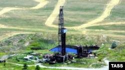 Нефтедобыча в Чечне началась лет эдак 120 назад. Нефтепереработка примерно тогда же. Тогда еще об автомобилях не очень задумывались, и при перегонке нефти бензин нередко просто сливали на землю