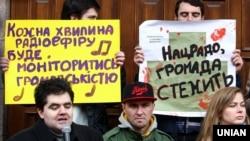 Акція-попередження про необхідність дотримання норм закону про квоти на пісні українською мовою в радіоефірі, біля Національної Ради з питань телебачення і радіомовлення. Київ, 8 листопада 2016 року
