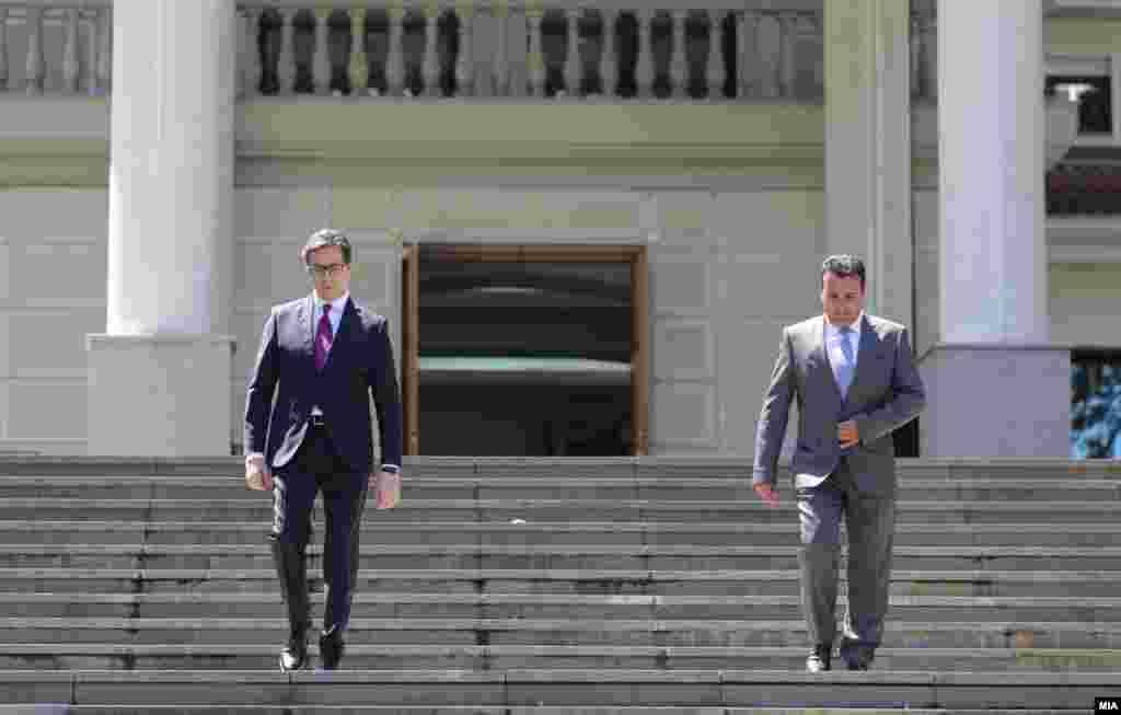 МАКЕДОНИЈА - Претседателот, Стево Пендаровски, повикувајќи се на Уставот, му го врачи мандатот на лидерот на СДСМ, Зоран Заев, и на коалицијата Можеме, бидејќи, како што рече, освоиле најмногу пратенички мандати. Лидерот на ВМРО-ДПМНЕ, Христија Мицкоски, изјави: Со ова Пендаровски стана сојузник во криминалите на Заев.