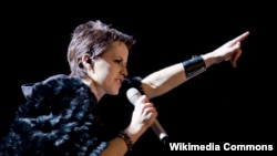 Долорес O'Риордан, солистка группы The Cranberries.