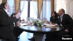 Ресей президенті Владимр Путин (оң жақ шетте) француз актері Жерар Депардьемен (сол жақ шетте) кездесіп отыр. Сочи, 5 қаңтар 2013 жыл. (Көрнекі сурет)