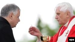Принятый при активной поддержке президента Качинского (слева) закон оставляет за скобками служителей культа