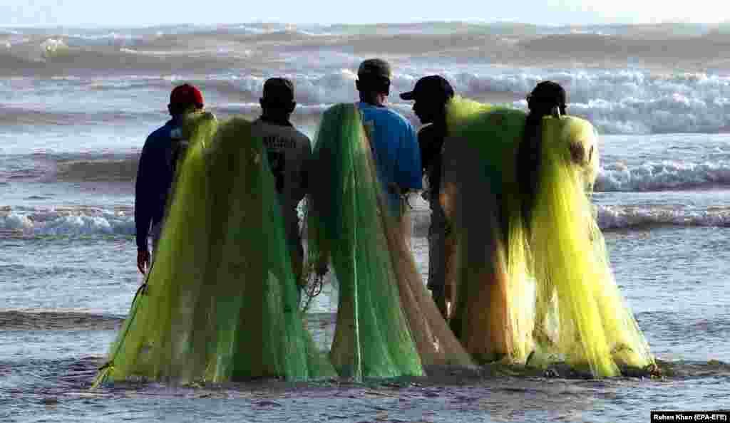 Fishermen prepare to fish on a beach in Karachi, Pakistan. (epa-EFA/Rehan Khan)