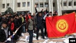 Бишкек, 8 апрели соли 2010. Тазоҳургарон барканории ҳукумати Боқиевро таҷлил мекунанд