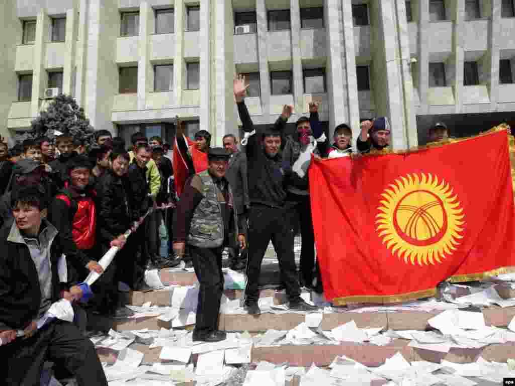 Ақ үйді басып алған наразылар. 8 сәуір 2010 жыл.