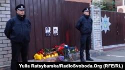 Імпровізована «стіна пам'яті» для убитих в Дніпрі поліцейських, 25 вересня 2016 року