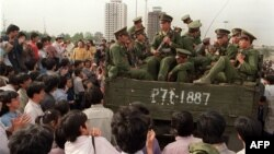 Пратэстоўцы спынілі грузавік з вайскоўцамі па дарозе на плошчу Т'яньаньмэнь, 20 траўня 1989 году