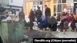 В городе Джизаке молочные продукты продают рядом с мусоркой.