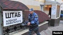 Обыск в штабе Навального в Кирове - ищут экстремистские материалы (9 мая 2013 года)