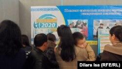 Ярмарки вакансий в Шымкенте проводятся регулярно, но при этом далеко не все категории граждан могут найти себе на них доступную и достойную работу (на фото — ярмарка вакансий в ноябре 2015 года).