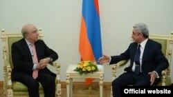 Президент Армении Серж Саргсян принимает председателя Палаты представителей Республики Кипр Янакиса Омиру (слева), Ереван, 19 ноября 2014 г.