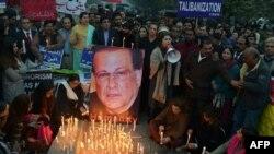 Пакистандык жарандык активисттер маркум Салман Тасирди эскеришүүдө. 4-январь, 2016-жыл.