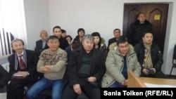 Сторонники Макса Бокаева и Талгата Аяна и наблюдающие за процессом в зале суда перед началом прений. Атырау, 21 ноября 2016 года.