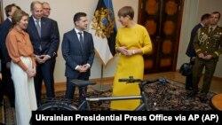 Президент Естонії Керсті Кальюлайд (праворуч) дарує велосипед президенту України Володимиру Зеленському під час їхньої зустрічі у столиці Естонії. Таллінн, 26 листопада 2019 року