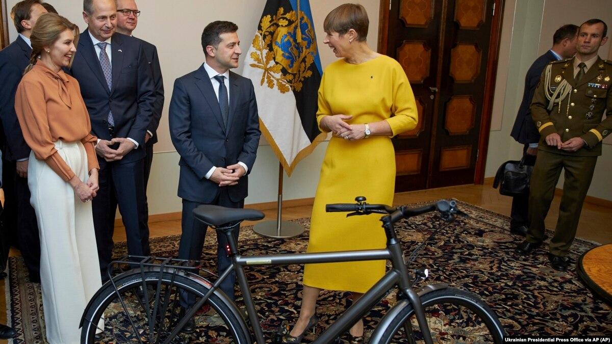 Президент Эстонии вернула россиянам бутылку крымского шампанского – СМИ