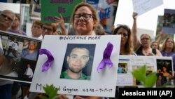 Az Oxycontin áldozatainak képeivel tüntetnek a Purdue Pharma ellen a connecticuti Stamfordban, 2018. augusztus 17-én.