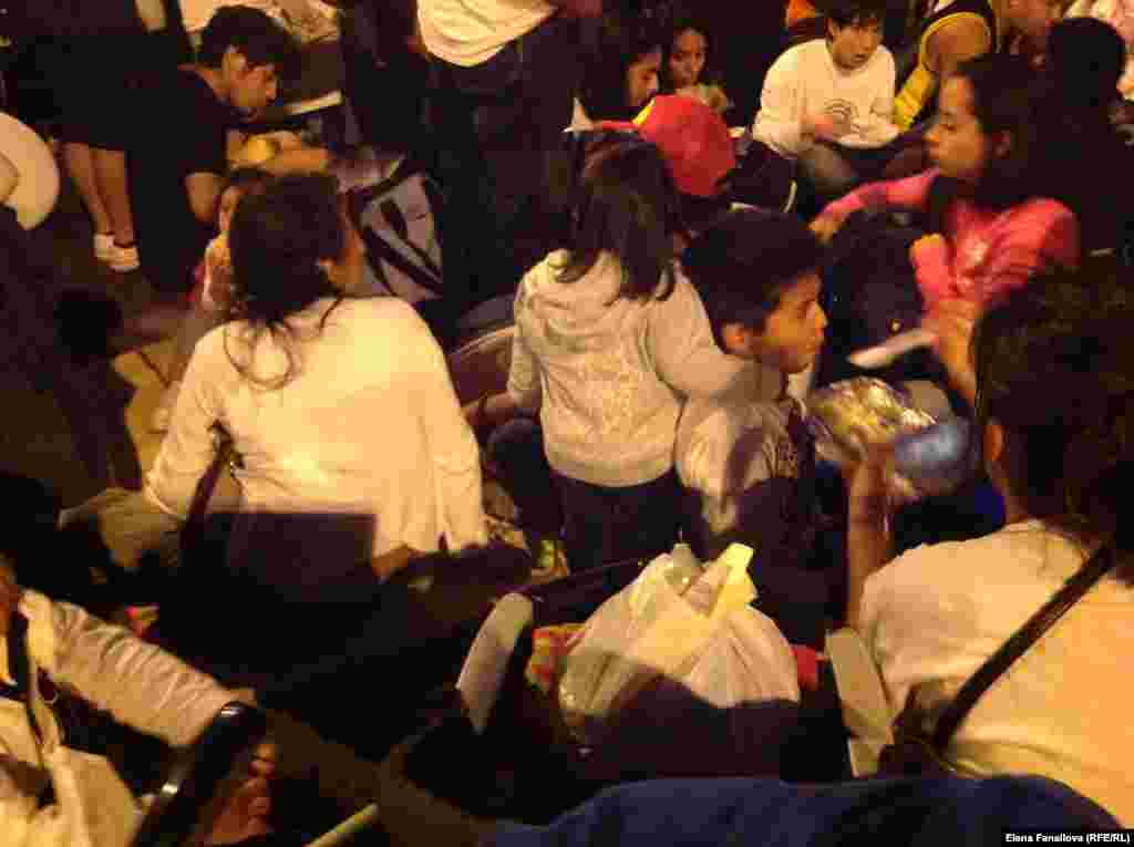 Семьи мигрантов ужинали