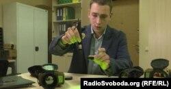 Максим Волков, керівник виробництва Thermal Vision Technologies показує захисне скло