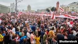 O mulțime de oameni participă la un protest din Minsk/Belarus, organizat de opoziție împotriva alegerilor prezidențiale, 23 august 2020.