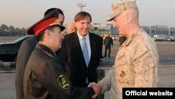 АҚШ әскерінің орталық басқармасының жетекшісі, генерал Джеймс Мэттис Өзбекстанға келді. 15 қараша 2010 жыл.