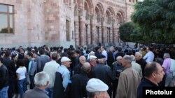 Կառավարության նիստը կրկին ուղեկցվեց բողոքի ցույցերով