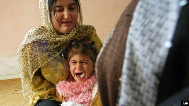 گریه دختر چهارساله کرد به هنگام ختنه در سلیمانه عراق.