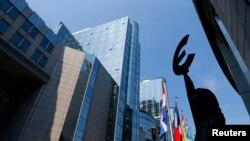 Брюссель. Статуя, символизирующая единство Европы, у одного из офисов Европарламента